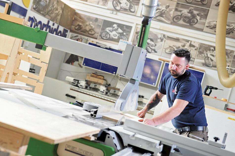 Tischler Alexander Frank (42) bringt das Holz in Form.