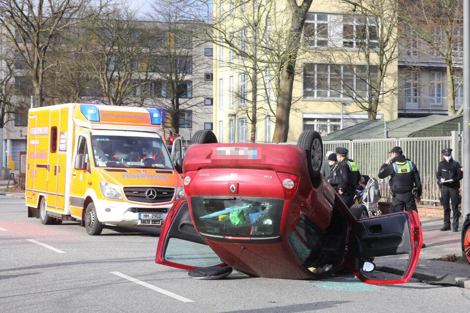 Auto überschlägt sich vor Krankenhaus: Zwei Verletzte