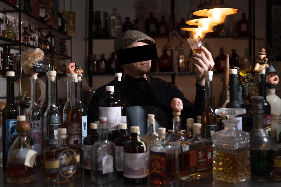 In seinem Element: Sebastian T. (40) kreierte in seinem Laden ausgefallene Spirituosen.