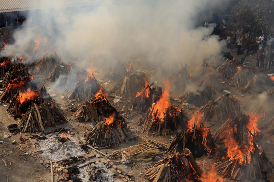 Hölle auf Erden: Szenen einer Masseneinäscherung in Neu Delhi von Opfern, die an den Folgen einer Corona-Infektion gestorben sind