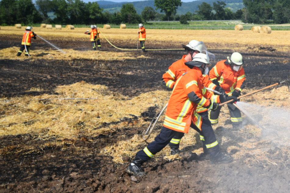 Feuerwehr muss ran: Hunderte Quadratmeter Acker brennen neben A5!
