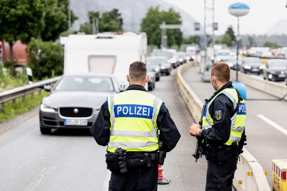 Deutsche Bundespolizisten beobachten an der Grenze zu Österreich auf der Autobahn A93 den Verkehr. Die Bundespolizei hat mit Kontrollen der verschärften Testpflicht für Reiserückkehrer begonnen.