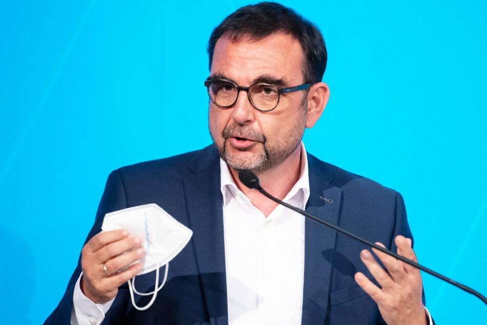 Bayerns Gesundheitsminister Klaus Holetschek (56) ermutigt die Bürger, die Sommerferien auch zur Impfung zu nutzen.