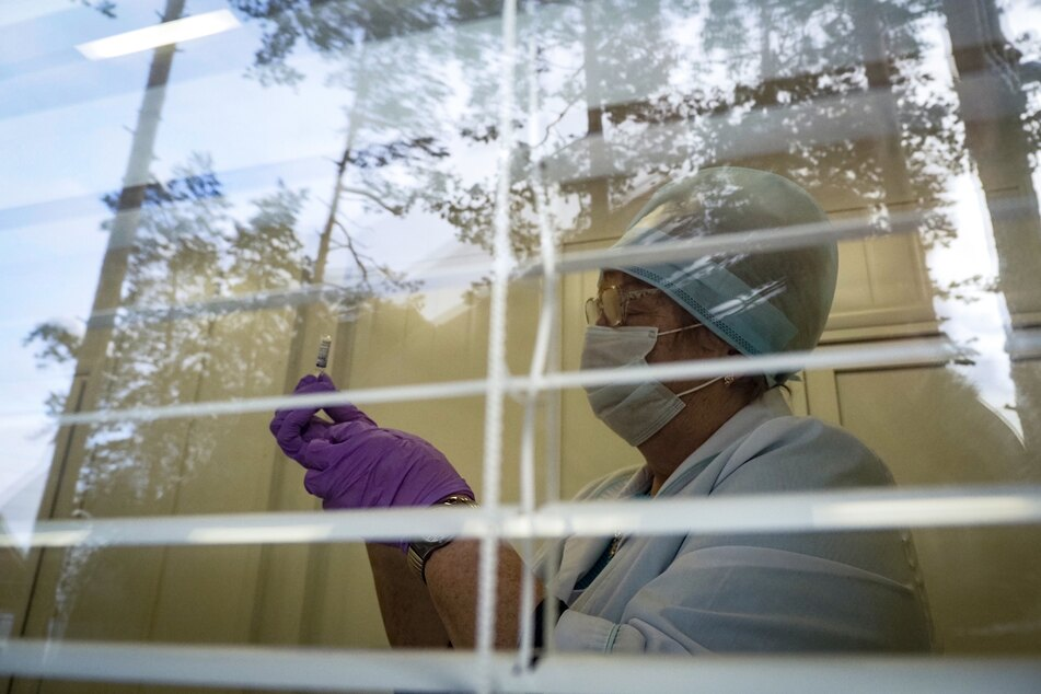 Jüngsten Zahlen des Gesundheitsministeriums zufolge waren Ende vergangener Woche erst knapp vier Millionen Russen gegen Corona geimpft - das entspricht gerade einmal 2,8 Prozent der Gesamtbevölkerung des Riesenreichs. Damit ist Russland im internationalen Vergleich weit abgeschlagen.