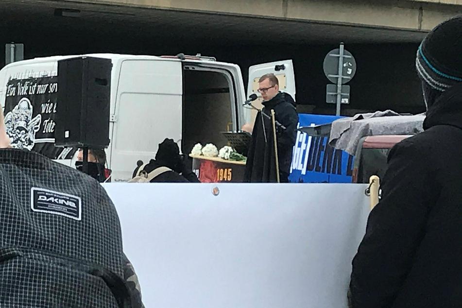 Dem NPD-Nachwuchspolitiker Paul Rzehaczek (30), hier bei einer Kundgebung am 13. Februar in Dresden, zerdrosch die Hammer-Bande im März beide Beine.