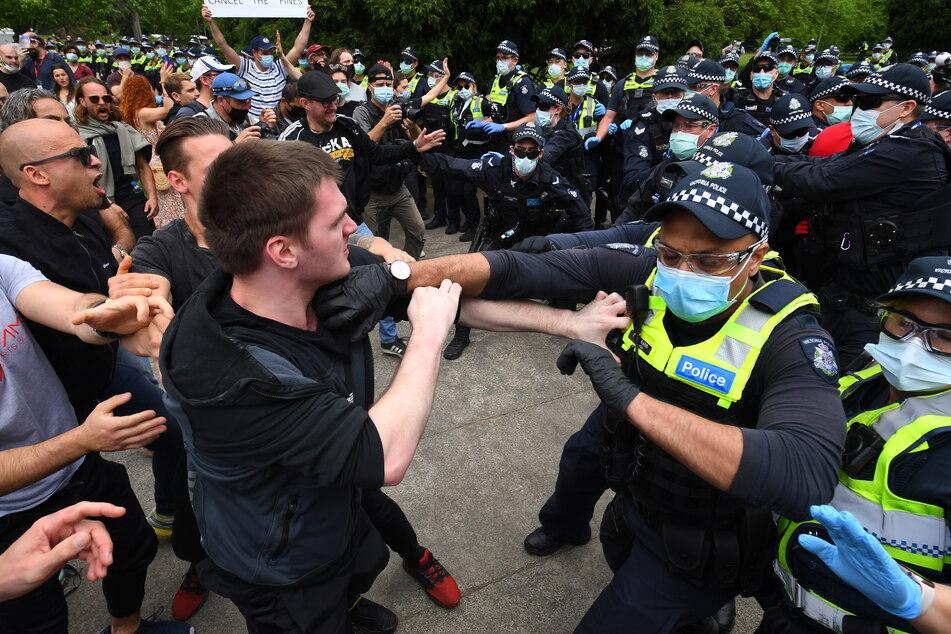 Protestierende rangeln mit der Polizei während eines Anti-Lockdown-Protests in Melbourne.