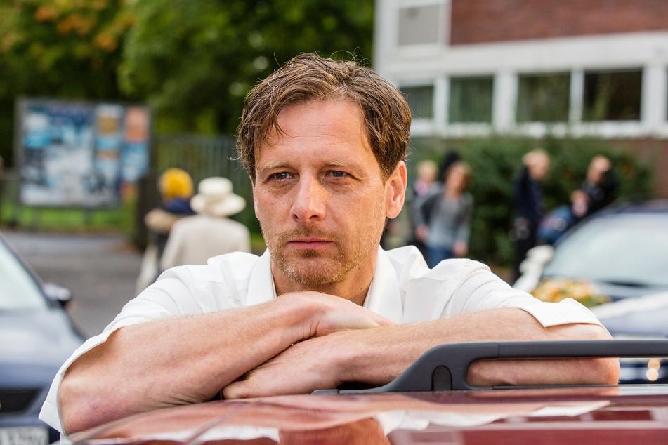 """""""Der Lehrer"""" Hendrik Duryn (52) hat in der aktuellen Staffel seinen letzten Auftritt. Für ihn wird Simon Böer (45) als neuer Lehrer in die Serie einsteigen."""
