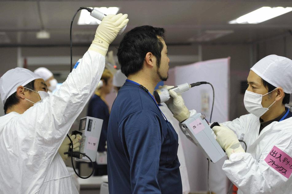 Weil die gesundheitlichen Folgen unabsehbar sind, werden die Arbeiter, die mit der Beräumung des zerstörten Kraftwerks beschäftigt sind, ständig auf Strahlung hin untersucht.