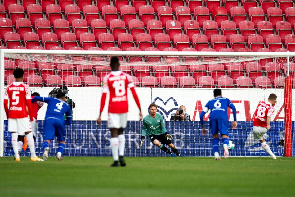 Die Mainzer Führung! Daniel Brosinski (r.) trifft vom Elfmeterpunkt mit einem platzierten Schuss in die linke Ecke zum 1:0 für den FSV.