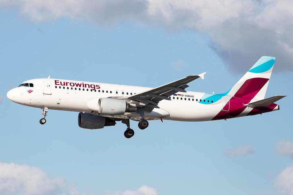 Eine Eurowings-Maschine landet an einem Flughafen. (Symbolbild)
