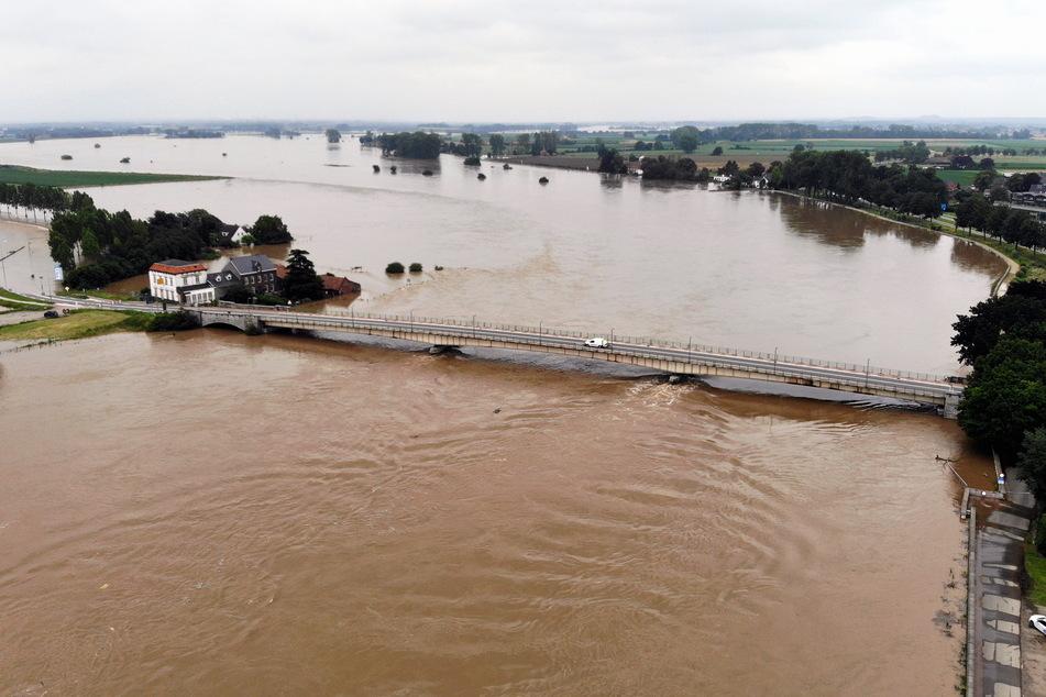 Die Hochwasserkatastrophe betrifft nicht nur Deutschland: Auch die Maas in Belgien und den Niederlanden ist über ihre Ufer getreten.