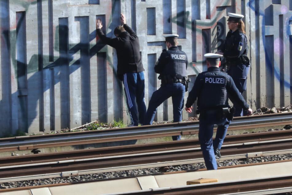Die Polizei-Beamten nahmen den Mann in Gewahrsam.