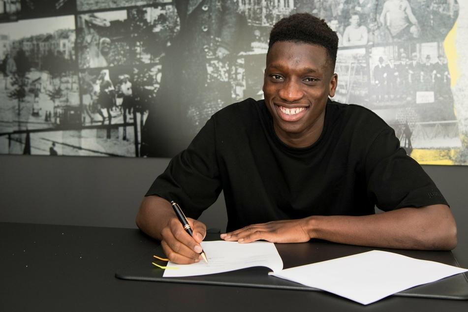 Abdoulaya Kamara (16) hat einen langfristigen Vertrag bei Borussia Dortmund unterzeichnet.