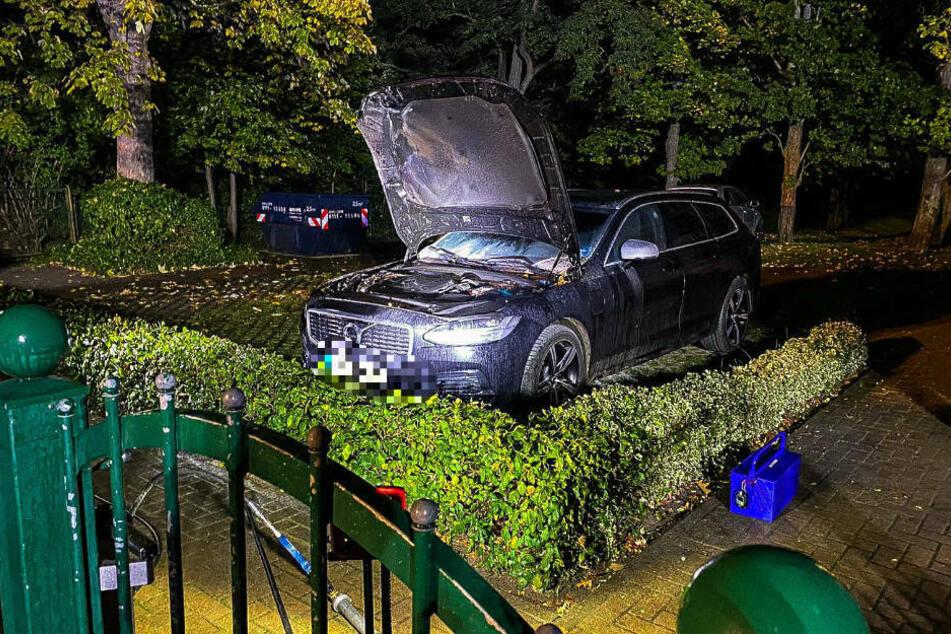 Das beschädigte Auto des Bürgermeisters steht mit aufgeklappter Motorhaube auf dem Grundstück des Politikers. Das Foto zeigt eindeutig, dass der Wagen auf einem privaten Grundstück steht, weshalb von einem gezielten Anschlag ausgegangen werden muss.