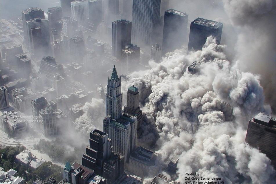 11. September 2001: Mehrere Islamistische Terroristen steuerten gekaperte Flugzeuge unter anderem in das World Trade Center in New York.