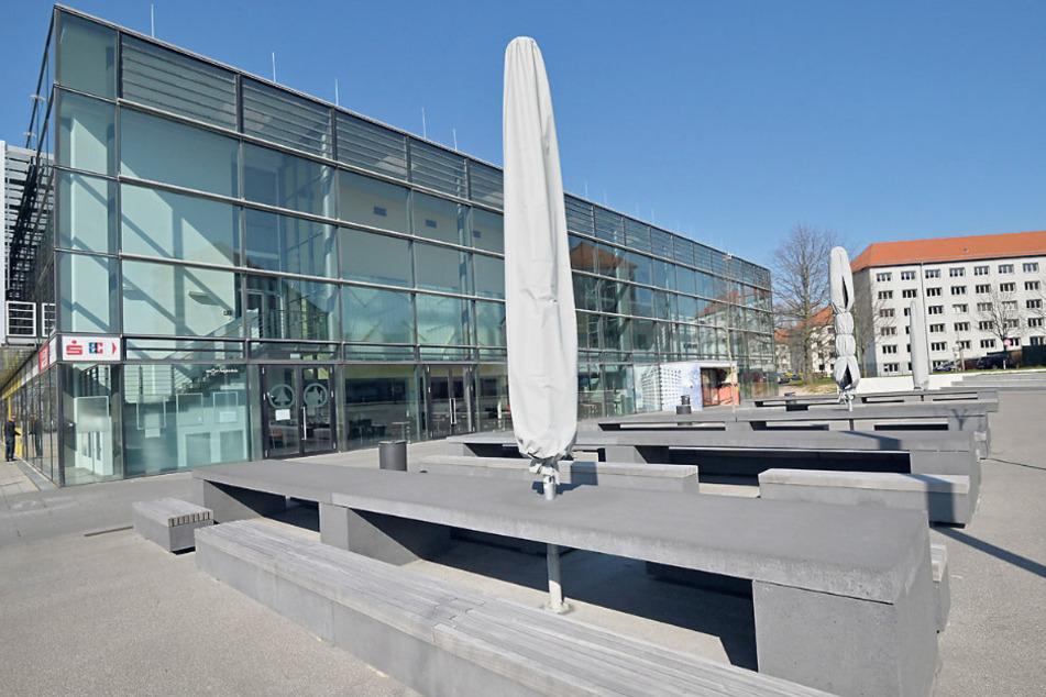 Leergefegter TU-Campus vor der Mensa in der Reichenhainer Straße: Durch die Verlagerung der Uni ins Netz und die Ausgangsauflagen in Sachsen findet der Start des Sommersemesters nur digital statt.