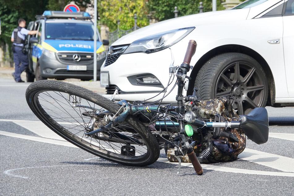 Offenbar weil der weiße Opel Astra auf der Kreuzung wendete, kam ein 60-Jähriger auf seinem Pedelec zu Fall.