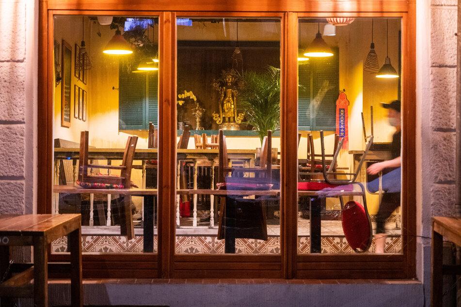 In einem Restaurant stehen die Stühle auf den Tischen. So schnell die Gaststätten auch öffnen wollen, dürfen sie es wohl nicht.