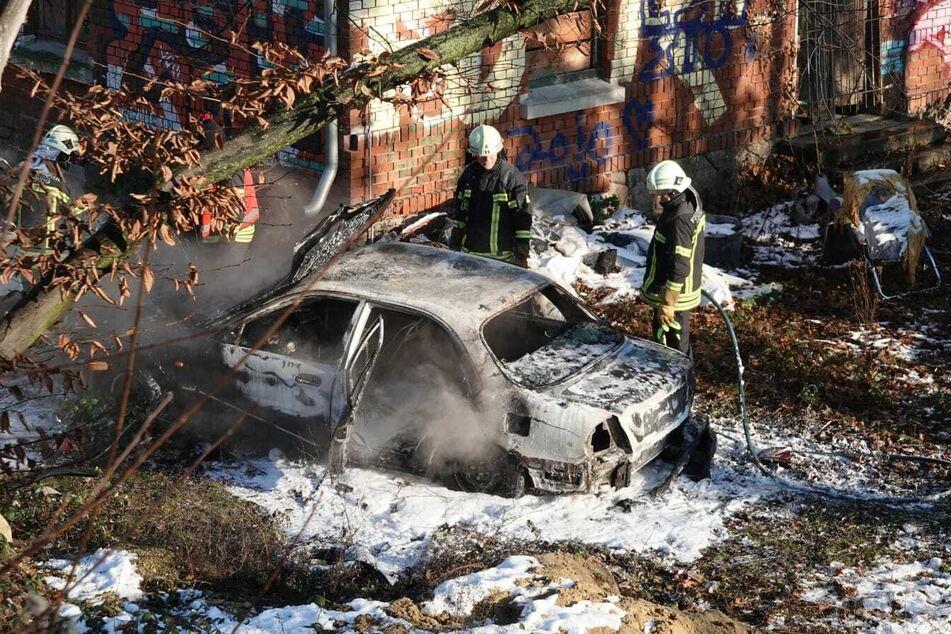 Feuerwehr-Einsatz in Connewitz: Kinder zünden Auto an, Wagen brennt vollständig aus