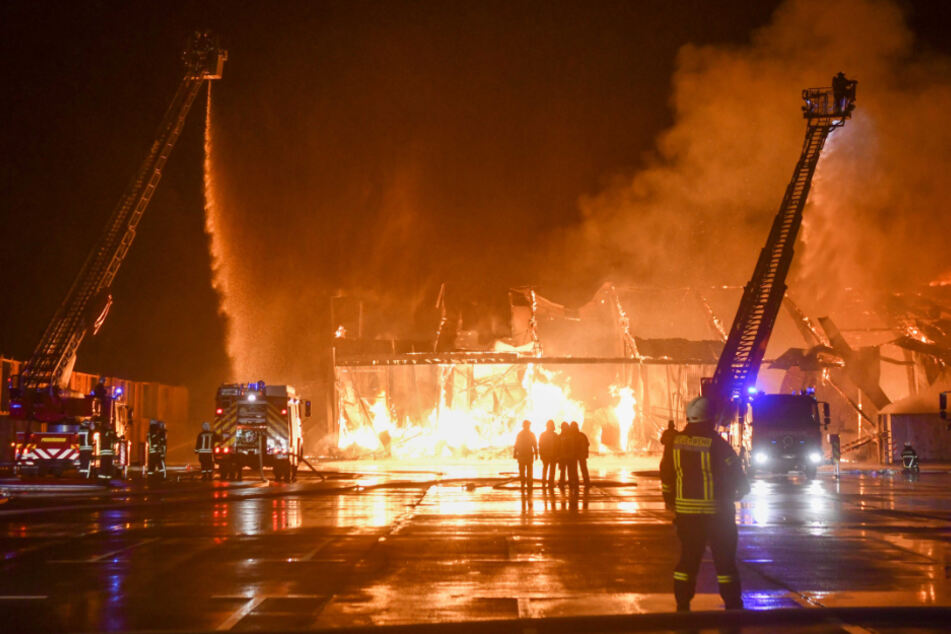Millionenschaden! Großbrand vernichtet Produktionshalle für Fahrräder