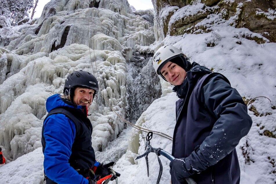 Michael Scholz (51, links) und Dominik Schwarz (17) vom Kreisjugendring am zugefrorenen Blauenthaler Wasserfall. Sie wollen die 30 Meter hohe Eisschicht erklimmen.