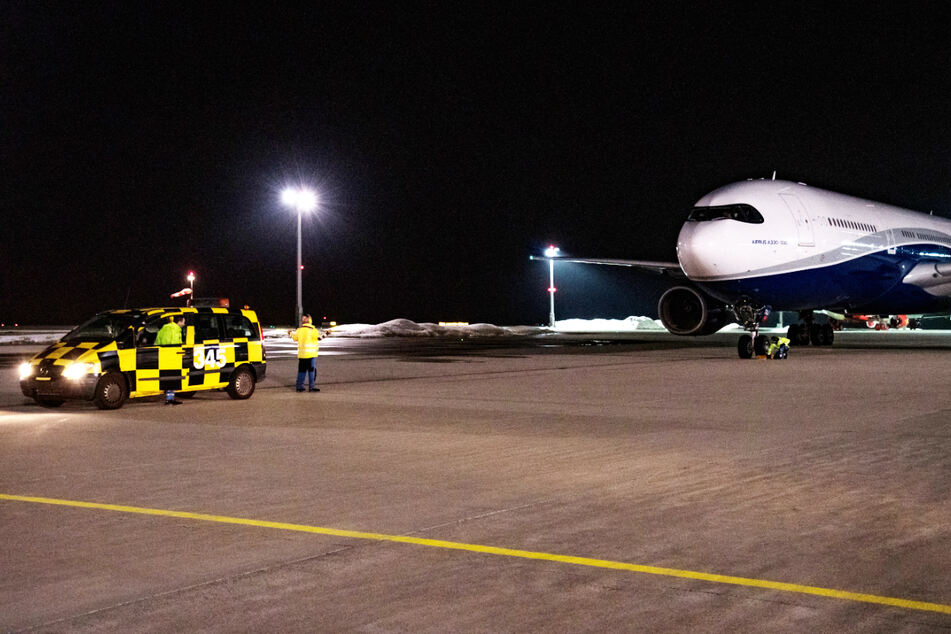 Der Airbus Typ A 330-300 landet auf dem Flughafen Erfurt-Weimar.