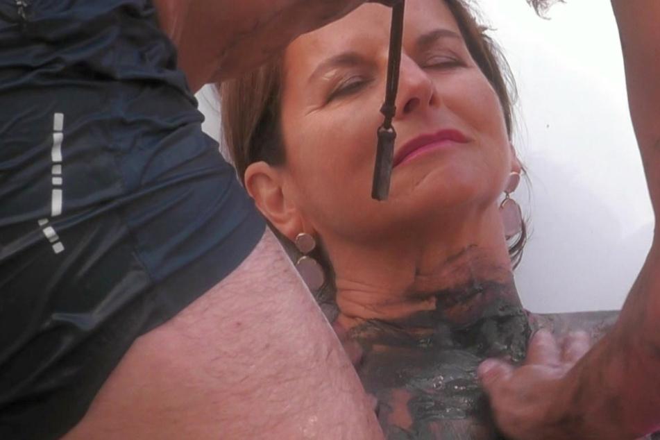 Nackte Claudia Obert lässt sich in Badewanne mit Schlamm einschmieren