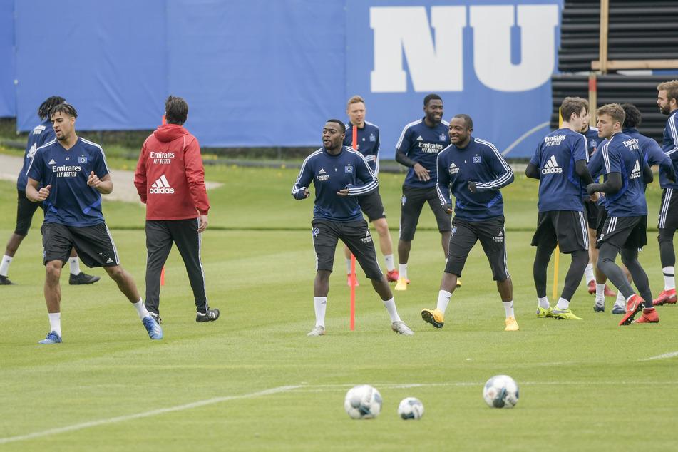 Hamburgs Spieler stehen zum Trainingsauftakt des HSV auf dem Platz.