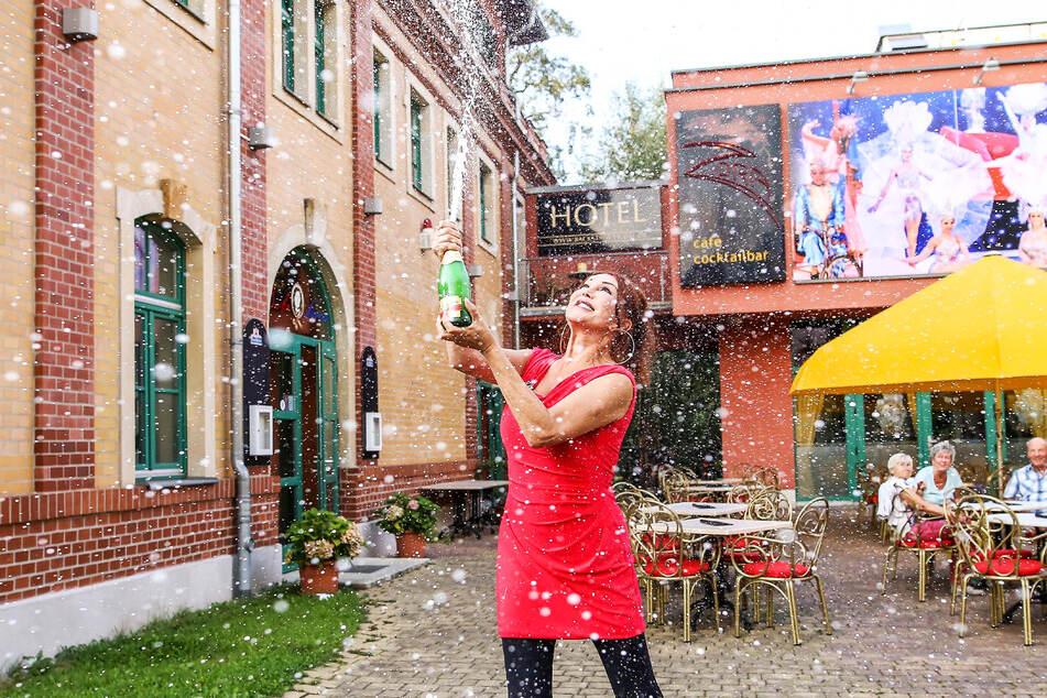 Travestie-Theater-Chefin Zora Schwarz lässt schon mal die Sektkorken knallen.