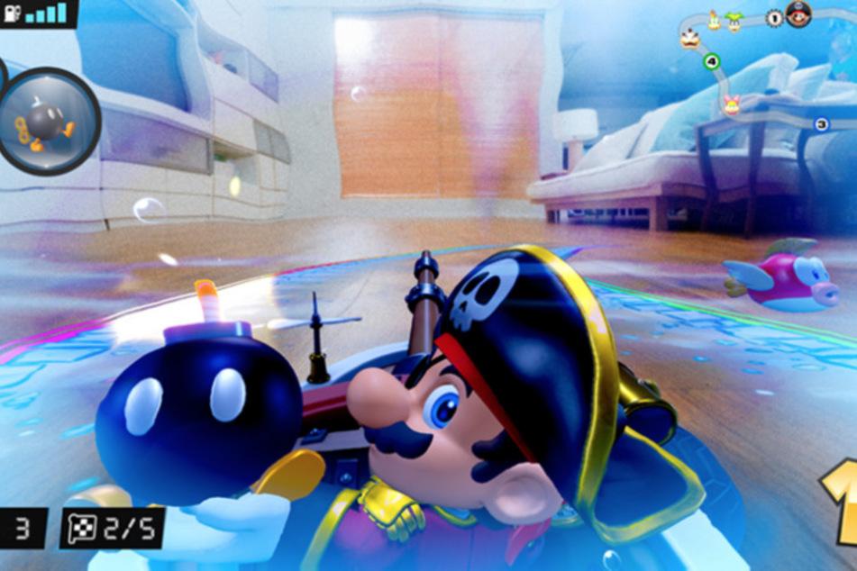 Je nach Cup passt sich die Spielwelt auf Eurem Bildschirm entsprechend an. Piraten-Mario bewirft seine Kontrahenten gleich mit einer Bombe.