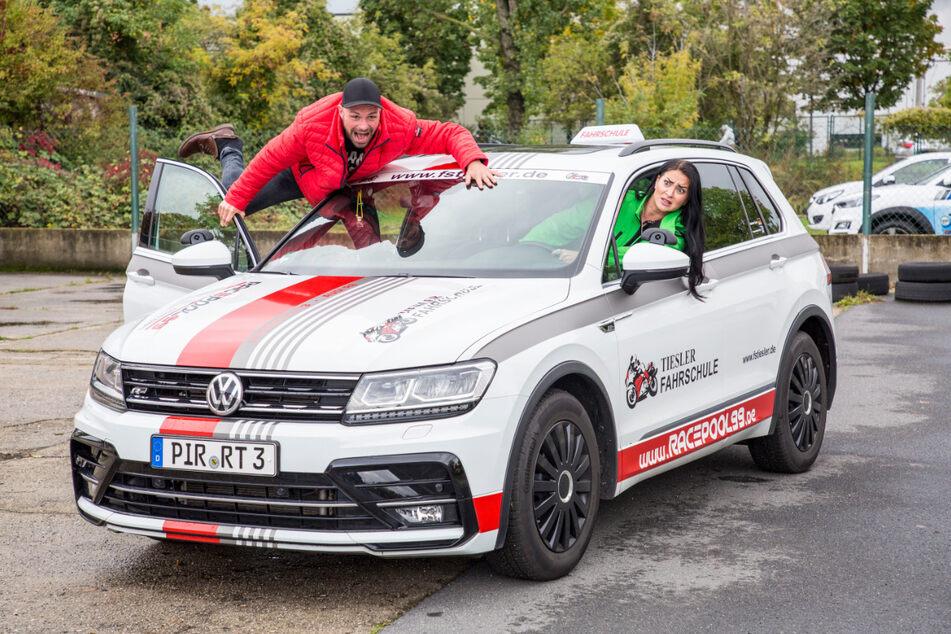 Dorothea Kriegl und Christian Kühn brausen im VW über den Übungsplatz der Verkehrswacht Dresden.