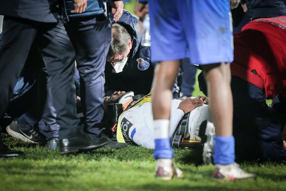 Nanú (26) wird nach dem Zusammenprall minutenlang am Boden liegend von zahlreichen Ärzten und Rettungsassistenten behandelt.