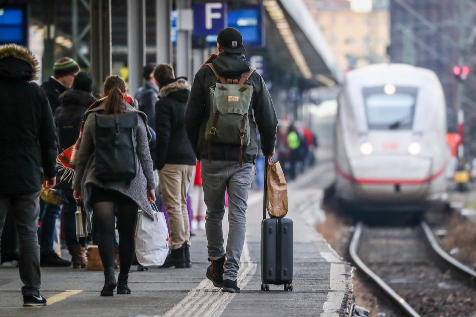 Sturzbetrunken: Vater sitzt mit 2,8 Promille im Zug und hat seinen kleinen Sohn dabei!