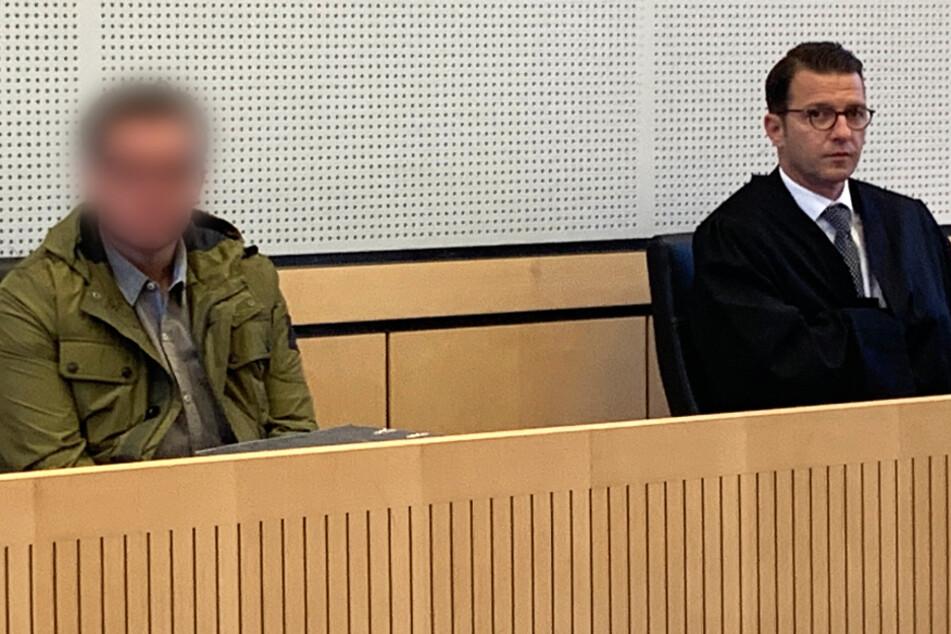 Das Foto vom 12. Mai zeigt den Angeklagten (l) neben seinem Verteidiger Wolfgang Stahl.