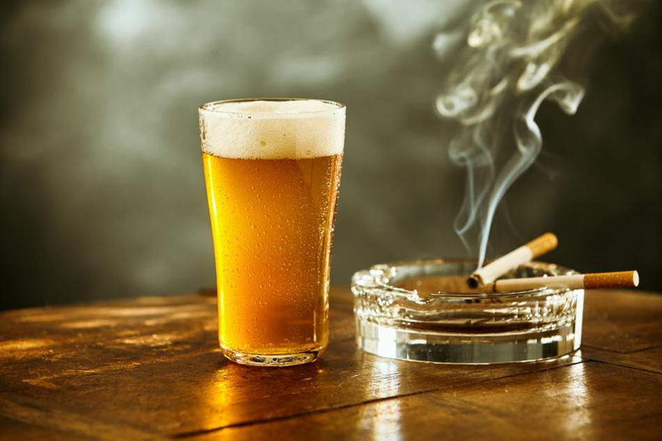Mit einem Aschenbecher soll ein 36-Jähriger nach einem 20-Jährigen in einer Bar geworfen haben. (Symbolbild)