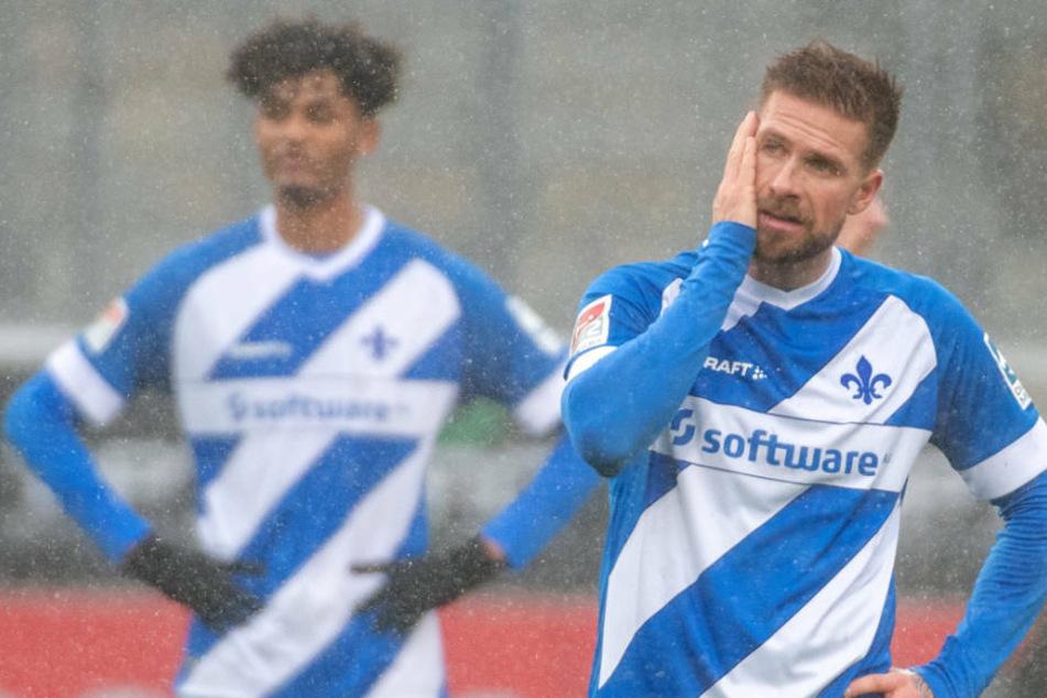 Auch Tobias Kempe (31, r.), der am Mittwoch das Training abbrechen musste, könnte gegen Hannover 96 ausfallen. Aaron Seydel (25, l.) zählt zu den Langzeitverletzten des SV Darmstadt 98.