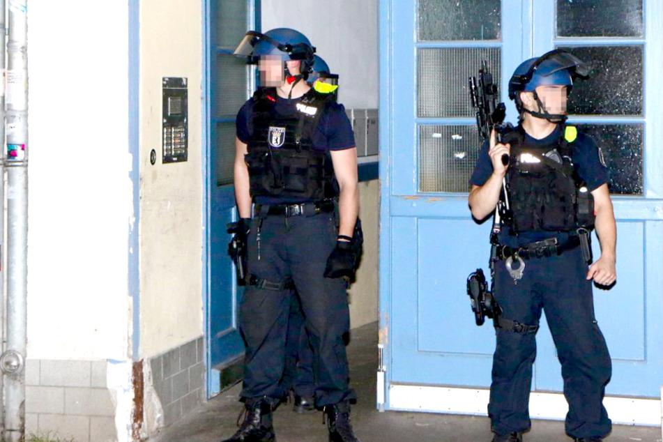 Schwer bewaffnete Polizisten durchsuchen Gebäude in Berlin!