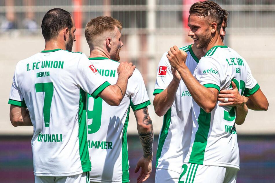 Marcus Ingvartsen (r.) jubelt mit seinen Teamkollegen Levin Öztunali (l.) und Andreas Voglsammer nach seinem Treffer zum 1:0.
