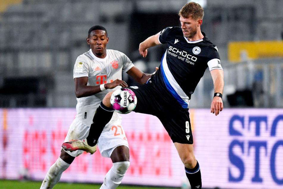 Nicht schnell, aber bullig: Bielefelds Kapitän Fabian Klos (r.) beschäftigte die Bayern-Abwehr um David Alaba immer wieder.