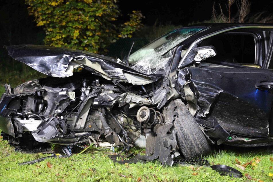 BMW rast auf Landstraße in Gegenverkehr: Frau in Wagen eingeklemmt
