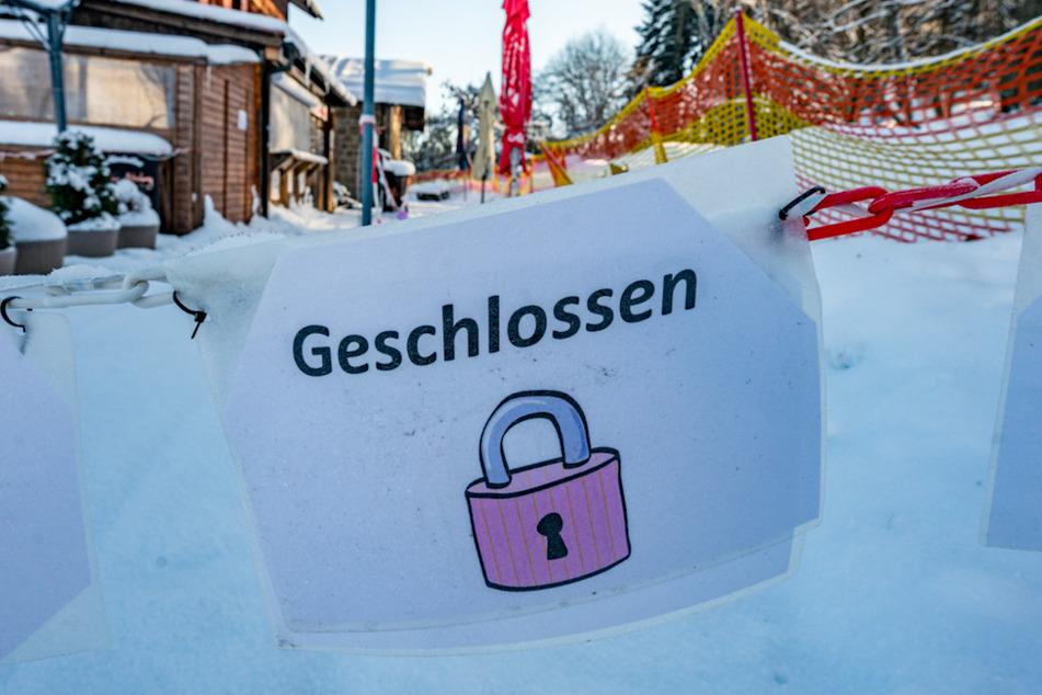 """""""Geschlossen"""" steht auf einem Schild vor einer Gaststätte am Geisskopf im Landkreis Regen."""