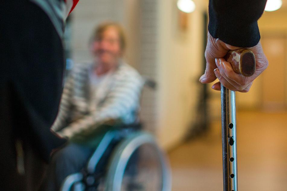 Ein Demenzkranker hat in einem Pflegeheim bei München mehrere Frauen missbraucht. (Symbolbild)
