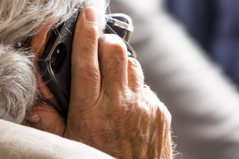 Miese Masche: Betrüger erleichtert Seniorin um 15.000 Euro