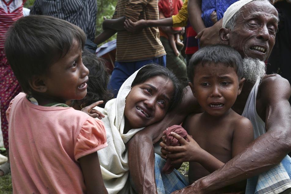 Angehörige der muslimischen Minderheit der Rohingyas weinen an der Grenze zu Bangladesch bei Ghumdhum, nachdem sie gezwungen wurden, ihre Wohnungen in Bangladesch zu verlassen. (Archivbild)