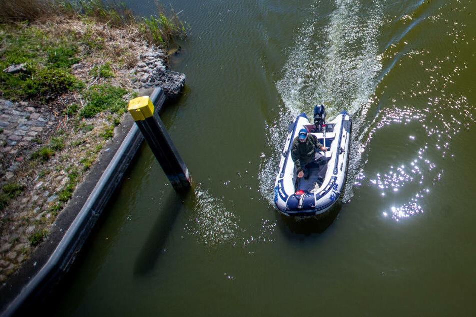 Passantin rettet hilflosen Angler (55) aus Hessen auf der Müritz