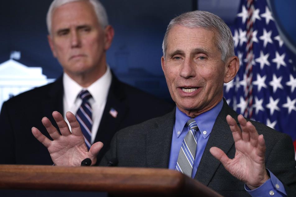Anthony Fauci (79, r.), Direktor des Nationalen Instituts für Infektionskrankheiten, spricht im Weißen Haus über das Coronavirus. Links steht Vize-Präsident Mike Pence (60). (Archivbild)