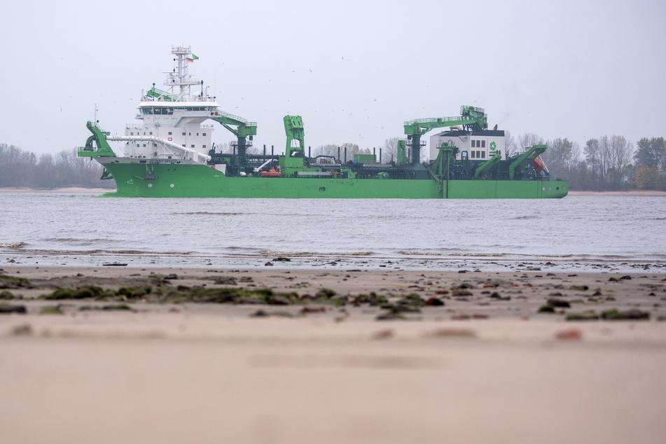"""Das Baggerschiff """"Bonny River"""" fährt auf der Elbe."""