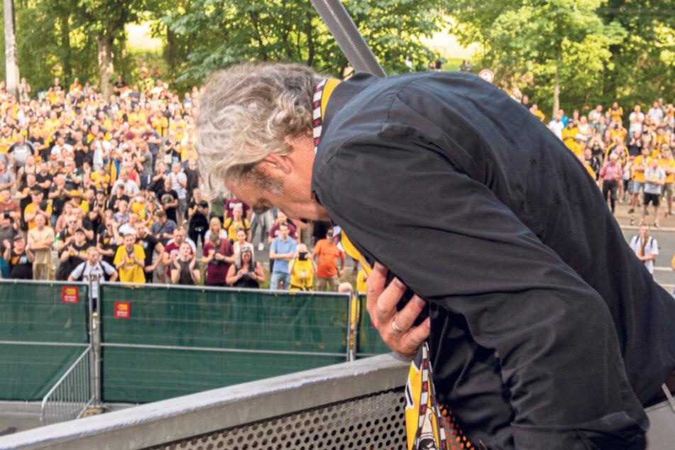 Ralf Minge verneigt sich vor den Fans, die ihr Idol zum Abschied noch einmal huldigten.
