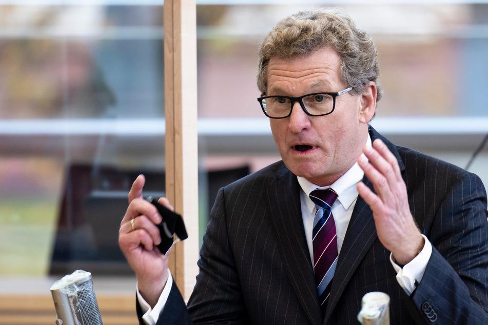 Bernd Buchholz (59, FDP), Minister für Wirtschaft, Verkehr, Arbeit, Technologie und Tourismus, spricht im Landtag.