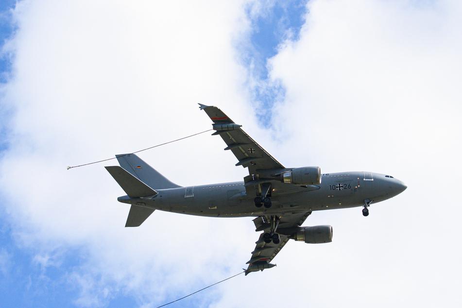 Ein zum Tankflugzeug umgebauter Airbus A310 von der Luftwaffe der Bundeswehr fliegt mit herausgelassenen Tankschläuchen und eskortiert von zwei Tornado-Kampfflugzeugen am Flughafen Dresden International über die Elbe Flugzeugwerke (EFW).
